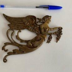 Antiquités: ADORNO PARA MUEBLE. BRONCE . ANGEL ANUNCIADOR. 14X11 CM. Lote 241909195