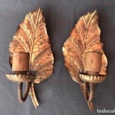 Antigüedades: PAREJA APLIQUES PARA BOMBILLA ANTIGUOS DE METAL HIERRO FORJA DORADA HOJAS - LAMPARA APLIQUE PARED. Lote 242042765