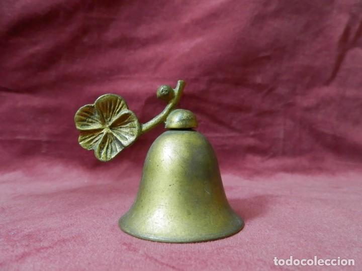 CAMPANA ANTIGUA DE METAL BRONCEADO DECORACION HOJA (Antigüedades - Hogar y Decoración - Campanas Antiguas)