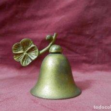 Antigüedades: CAMPANA ANTIGUA DE METAL BRONCEADO DECORACION HOJA. Lote 242062575