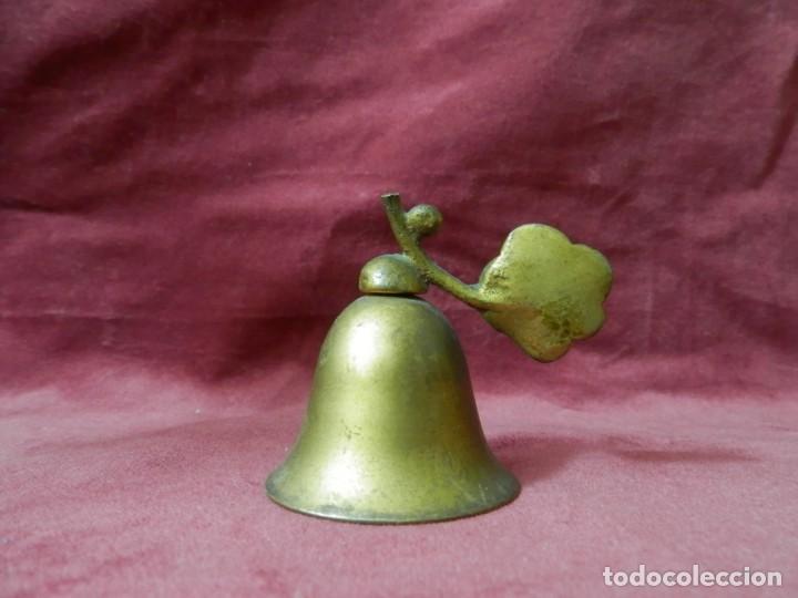 Antigüedades: CAMPANA ANTIGUA DE METAL BRONCEADO DECORACION HOJA - Foto 2 - 242062575