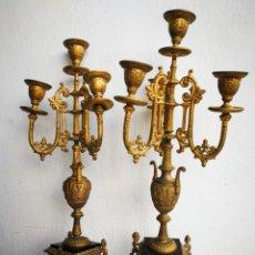 Antigüedades: PAREJA DE CANDELABROS ESTILO LUIS XIV IMPERIO DE METAL DORADO BASE MÁRMOL, CIRCA S. XIX, 45CM.. Lote 242087120