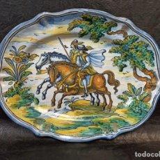 Antigüedades: PRECIOSA BANDEJA DE CERÁMICA DE NIVEIRO. TALAVERA. CABALLEROS. AL. Lote 242093770