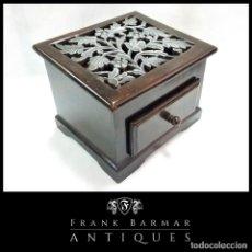 Antigüedades: PRECIOSO JOYERO VINTAGE / CAJA DE MADERA NOBLE ARTESANAL CON MOTIVOS FLORALES TALLADOS. Lote 242119940