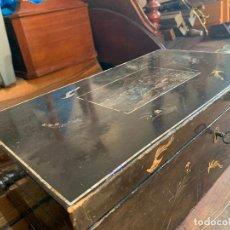 Antigüedades: CAJA ESCRIBANIA JAPONESA CON SU LLAVE. Lote 242139900