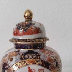 Antigüedades: PRECIOSO POTE PORCELANA SA JI FINE CHINA JAPANHECHA Y PINTADA A MANO. Lote 242146305