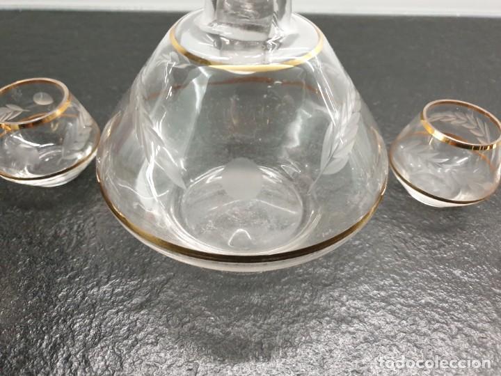 Antigüedades: Precioso Juego de Botella de Licor y 6 Vasos de Chupito de Cristal. - Foto 2 - 242227290