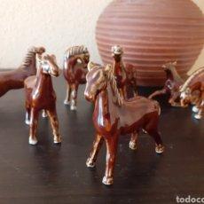 Antigüedades: MANADA DE 7 CABALLOS DE PORCELANA TODAS LAS PIEZAS SON DIFERENTES. Lote 242280985