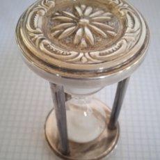 Antigüedades: PEQUEÑO RELOJ DE ARENA DE PLATA CON CONTRASTES. Lote 242337130