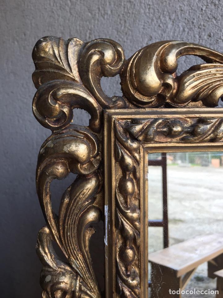 Antigüedades: Precioso espejo antiguo dorado al pan de oro en madera y moldura decorada resinada - Foto 7 - 242339510