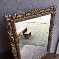 Antigüedades: PRECIOSO ESPEJO ANTIGUO DORADO AL PAN DE ORO EN MADERA Y MOLDURA DECORADA RESINADA. Lote 242339510