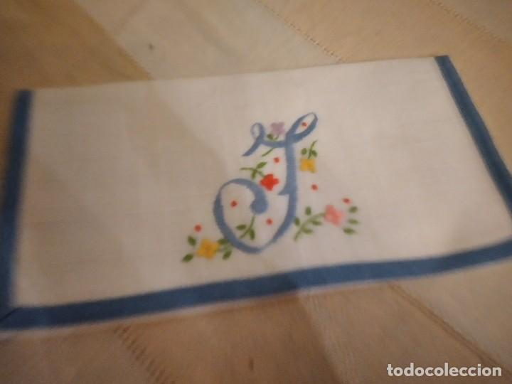 Antigüedades: Antigua bolsita de lino bordada a mano para bocadillo letra j - Foto 2 - 242392805