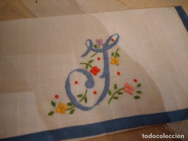 Antigüedades: Antigua bolsita de lino bordada a mano para bocadillo letra j - Foto 3 - 242392805