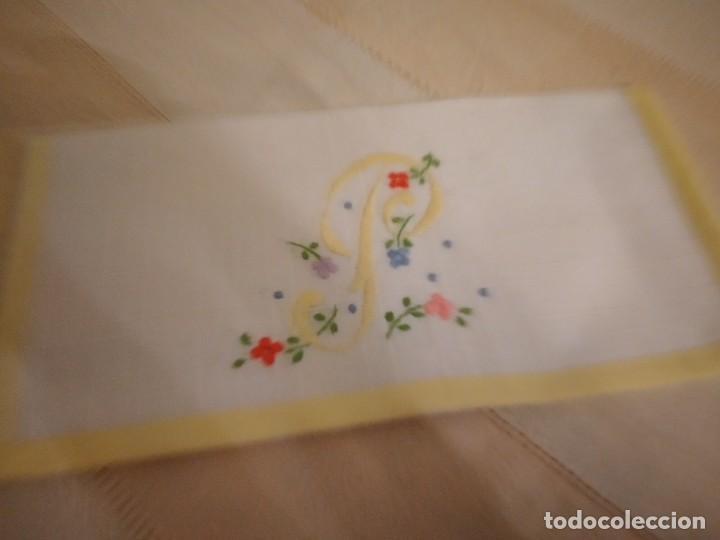 Antigüedades: Antigua bolsita de lino bordada a mano para bocadillo letra p - Foto 2 - 242392915