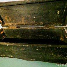 Antigüedades: BAUL ALARGADO DE MADERA ANTIGUA. Lote 178653521