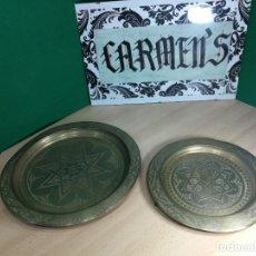 Antigüedades: DOS ENORMES PLATOS ANTIGUOS DE METAL BRONCE, MUY LINDOS. Lote 242419195