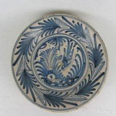 Antigüedades: PLATO EN CERÁMICA AZUL DE TALAVERA - SIGLO XVIII. Lote 242472905