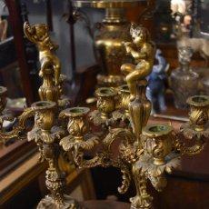 Antigüedades: BONITA PAREJA DE CANDELABROS DE BRONCE CON REMATE DE NIÑO. Lote 242481510