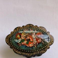 Antigüedades: CAJA. CAJITA PEQUEÑA L.RUSA. ESTILO PALEKH. LACADA. INTERIOR ROJO. 6,5 CM LARGO. Lote 242818165