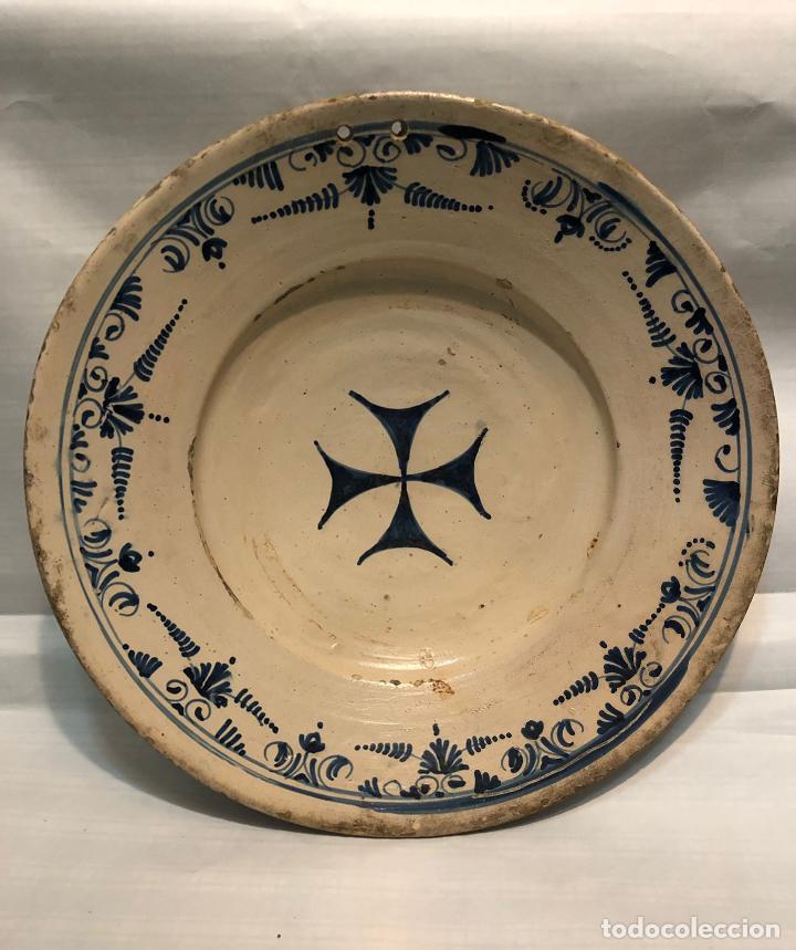 GRAN PLATO CATALAN CON LA CRUZ DE MALTA ALGUN DEFECTO RESEÑADO EN FOTO (Antigüedades - Porcelanas y Cerámicas - Catalana)
