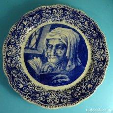 Antigüedades: PLATO DECORADO EN AZUL. ANCIANA OJEANDO UN LIBRO. BOCH FRERES. LA LOUVIERE. BÉLGICA. DIÁMETRO 35 CM. Lote 242866885