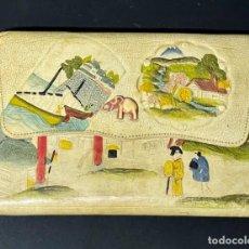 Antigüedades: BELLO Y ORIGINAL BOLSO DE CUERO REPUJADO - AÑOS 1920. Lote 242875295