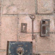 Antigüedades: CERRADURA ANTIGUA PUERTA MADERA COMPLETA LLAVE. Lote 242953260