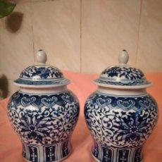 Antiguidades: LOTE DE 2 TIBORES CON TAPA DE PORCELANA CHINA, COBALTO Y BLANCO.. Lote 242959830