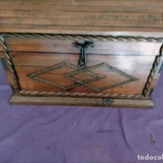 Antigüedades: BAUL SOBRE MESA CON ASAS DE FORJADAS. Lote 242965295