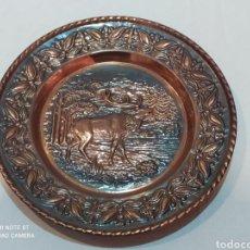 Antigüedades: IMPRESIONANTE PLATO ANTIGUO DE COBRE REPUJADO (CIERVO). Lote 242966295