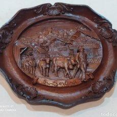 Antigüedades: INCREÍBLE PLATO ANTIGUO DE MADERA TALLADA (SUIZA) CON TODO TIPO DE DETALLES. Lote 242967515