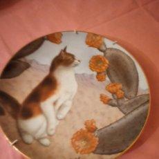 Antiguidades: PLATO DE PORCELANA GATO CON FLORES DE COLECCIÓN, CHEEK OF ARABY FROM CATS AND FLOWERS, IRENE SPENCER. Lote 242969785