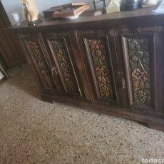 Antigüedades: ANTIGUO MUEBLE APARADOR CON TALLAS. Lote 242985450
