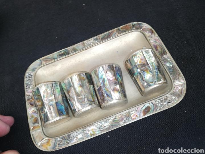 Antigüedades: Antigua bandeja y cuatro vasos de nácar - Foto 4 - 243003470