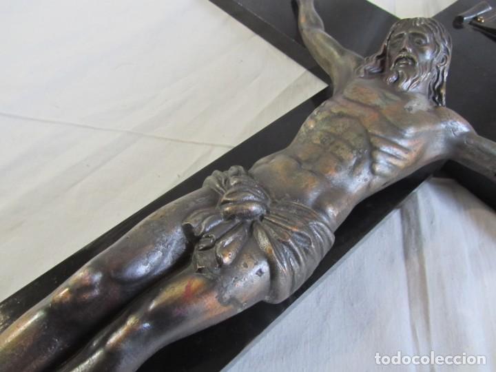 Antigüedades: Gran crucifijo de bronce sobre madera para pared (71 x 40 cm) - Foto 7 - 243011770