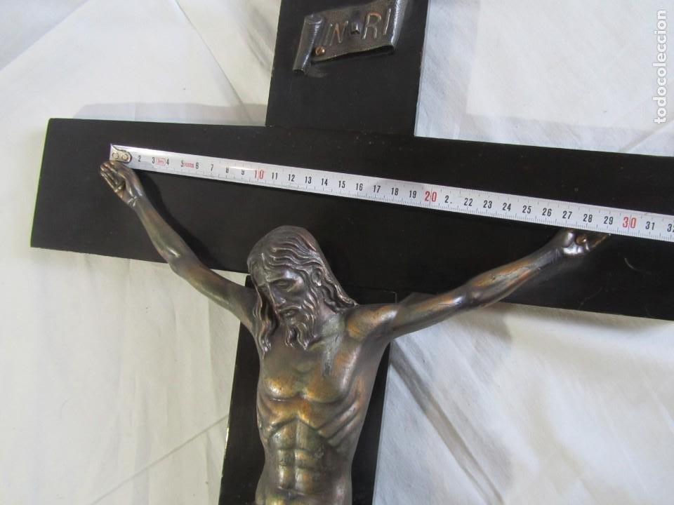 Antigüedades: Gran crucifijo de bronce sobre madera para pared (71 x 40 cm) - Foto 11 - 243011770