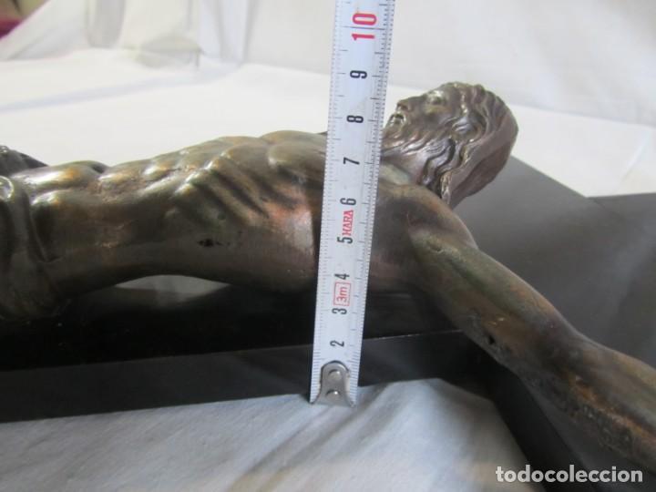 Antigüedades: Gran crucifijo de bronce sobre madera para pared (71 x 40 cm) - Foto 12 - 243011770