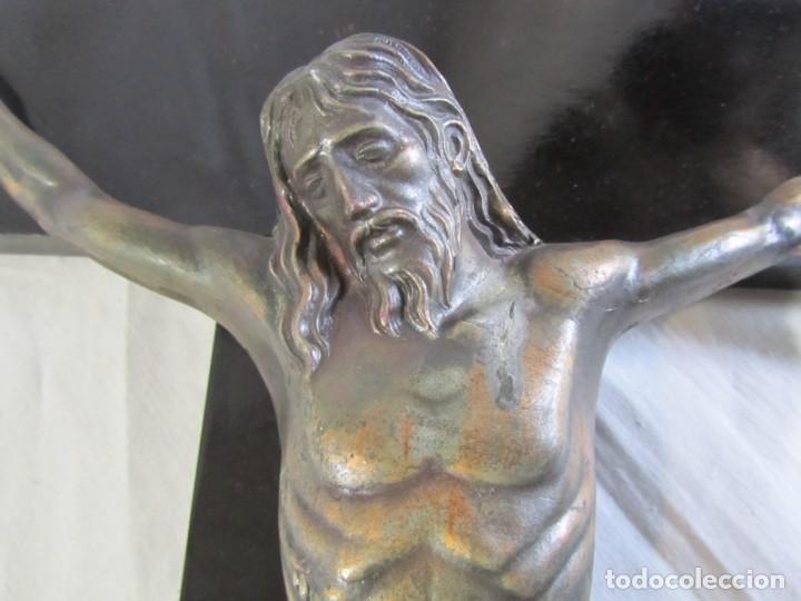 Antigüedades: Gran crucifijo de bronce sobre madera para pared (71 x 40 cm) - Foto 13 - 243011770