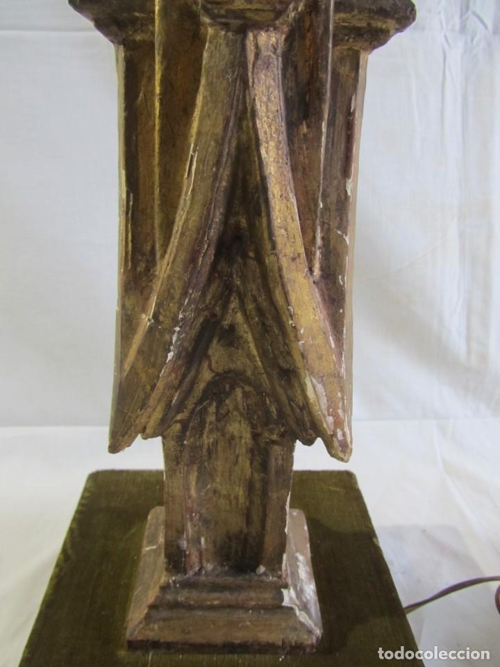 Antigüedades: Lámpara de sobremesa fabricada con antigua pieza de madera con pan de oro, funcionando - Foto 14 - 243012160