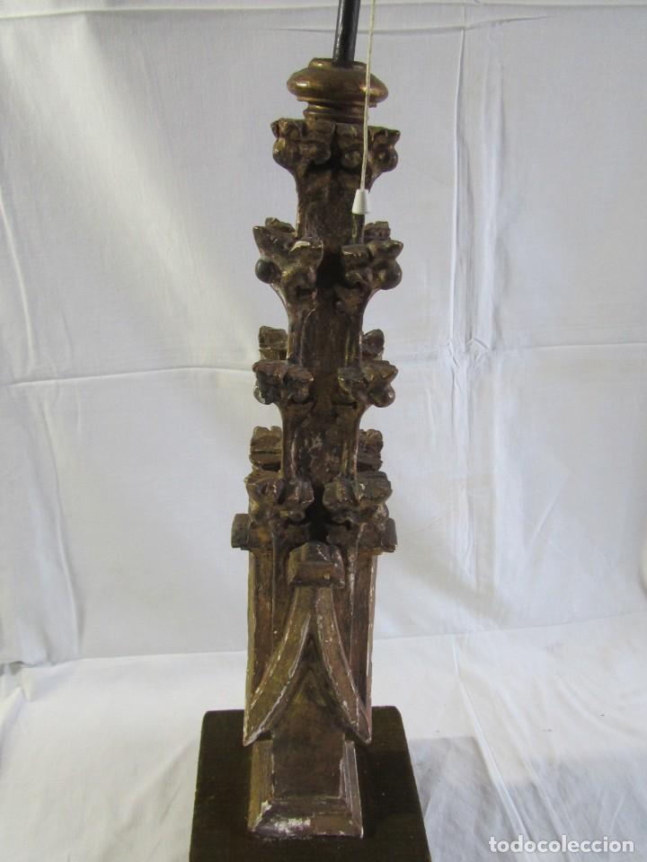 Antigüedades: Lámpara de sobremesa fabricada con antigua pieza de madera con pan de oro, funcionando - Foto 15 - 243012160