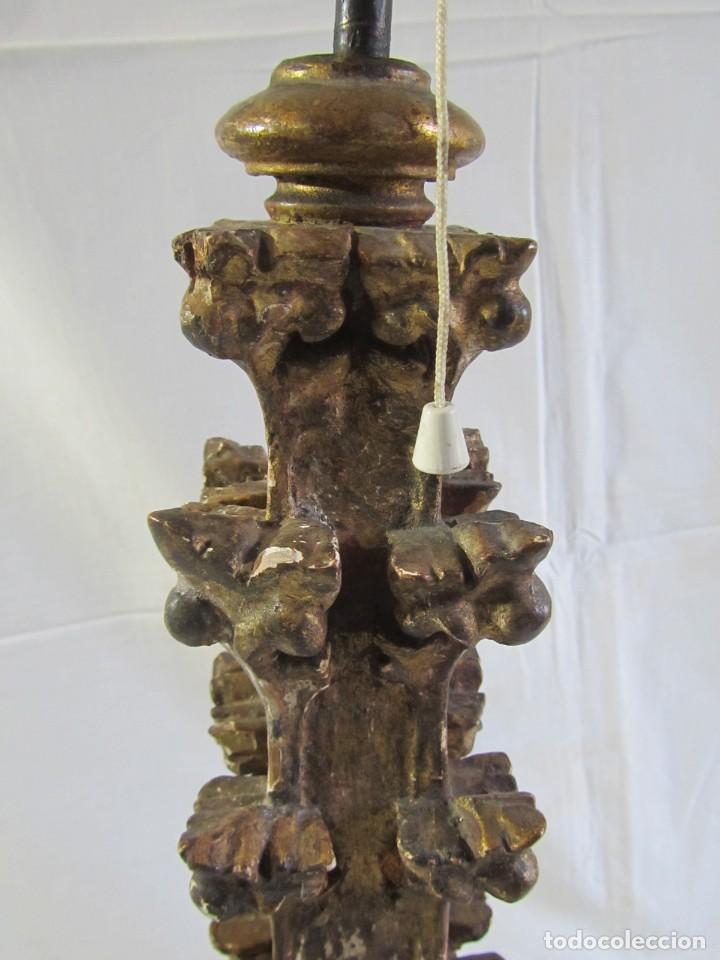 Antigüedades: Lámpara de sobremesa fabricada con antigua pieza de madera con pan de oro, funcionando - Foto 16 - 243012160