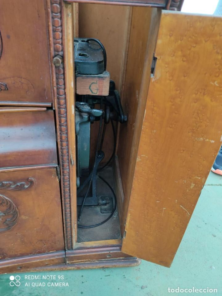 Antigüedades: mueble de maquina de coser - Foto 9 - 243018030
