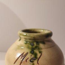 Antigüedades: FRASCO DE MIEL, CERÁMICA CON MARCA/ (REF.CERA). Lote 243031695