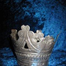 Antigüedades: ANTIGUA CORONA METAL PLATEADO COLOR PLATA ORFEBRERÍA REPUJADA PARA IMAGEN SANTO FIGURA SIGLO XIX. Lote 243072755