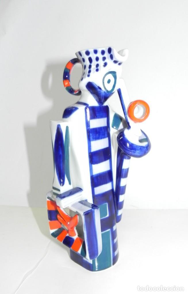 JARRA DE SARGADELOS, REPRESENTANDO A UN HOMBRE CON MALETA Y BASTÓN. TAMAÑO: 21 CMS. FIGURA DESCATALO (Antigüedades - Porcelanas y Cerámicas - Sargadelos)