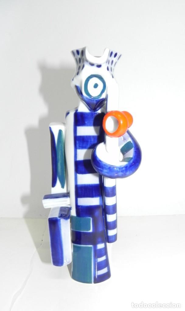 Antigüedades: Jarra de Sargadelos, representando a un hombre con maleta y bastón. Tamaño: 21 cms. Figura descatalo - Foto 3 - 243123360