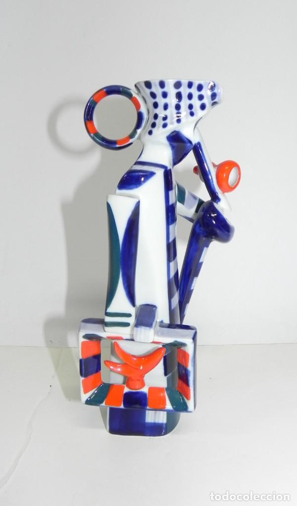 Antigüedades: Jarra de Sargadelos, representando a un hombre con maleta y bastón. Tamaño: 21 cms. Figura descatalo - Foto 4 - 243123360
