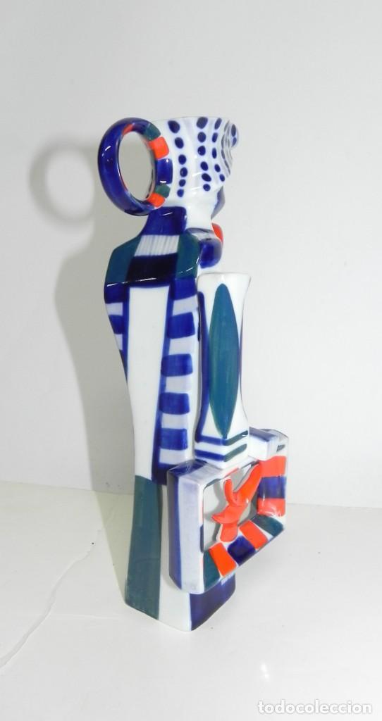 Antigüedades: Jarra de Sargadelos, representando a un hombre con maleta y bastón. Tamaño: 21 cms. Figura descatalo - Foto 5 - 243123360