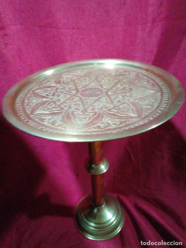 Antigüedades: mesa arabe de bronce cincelada a mano con relieves - Foto 2 - 243238595
