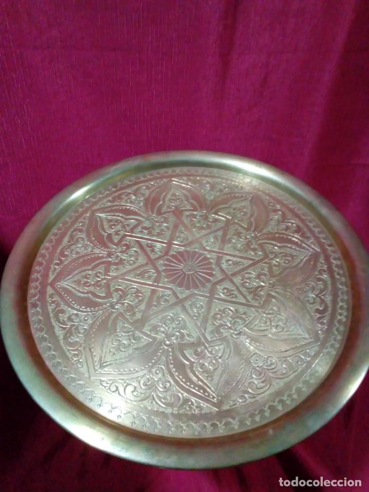 Antigüedades: mesa arabe de bronce cincelada a mano con relieves - Foto 3 - 243238595